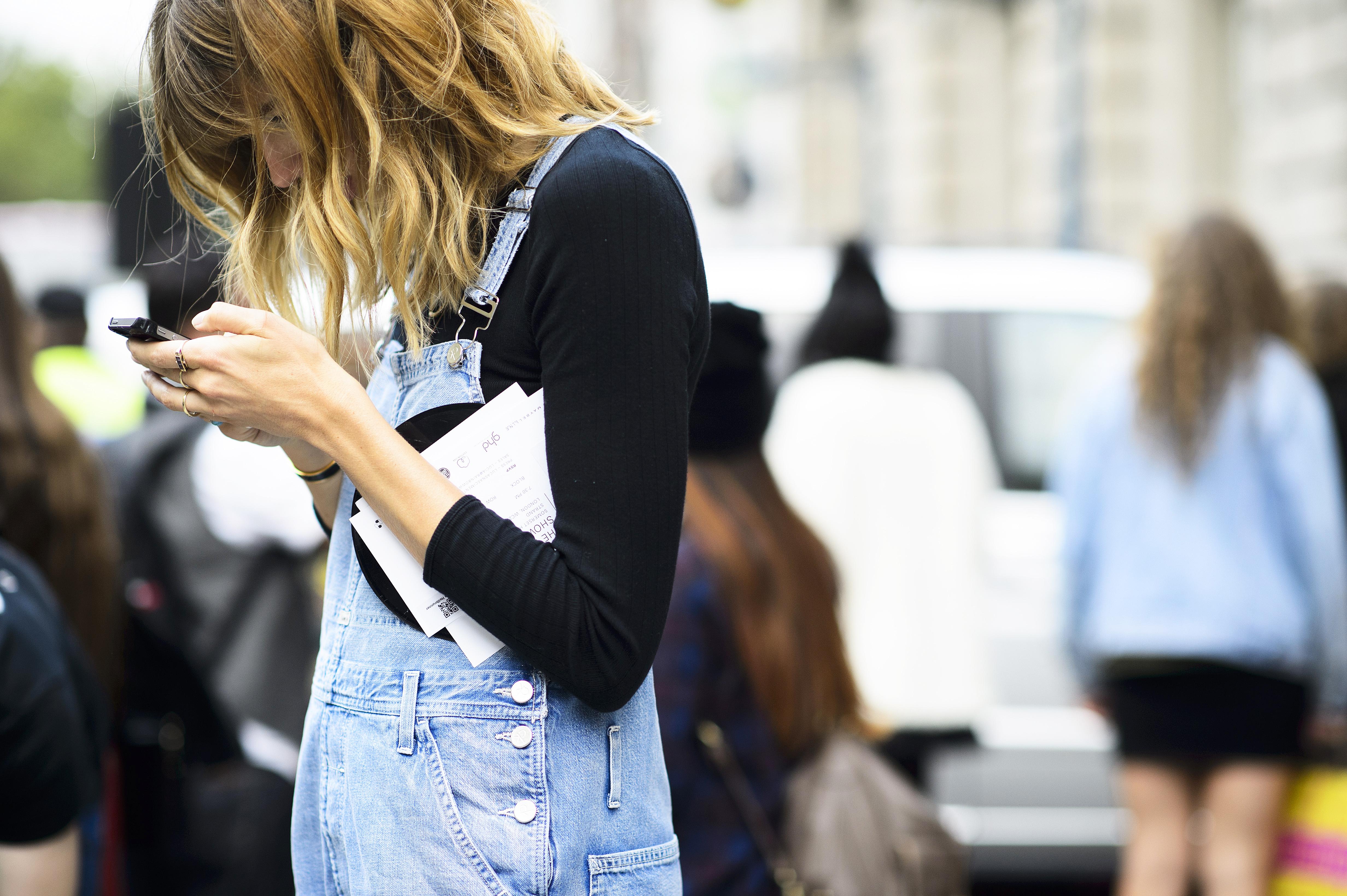 Bangs-Street-Style - Yüksek Bel Kotlar Tül Etekler Replum Elbise Normcore Tarzı Mode Kıyafetler Midi Etekler kreasyonlar Jogger Pantolonlar Demode Kıyafetler Dar Kotlar Beyaz Tulumlar