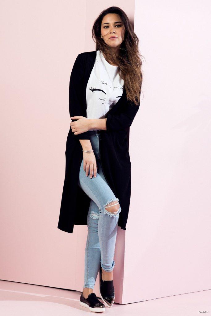 Yırtık kot pantolon modelleri ile uzun siyah hırka kombini