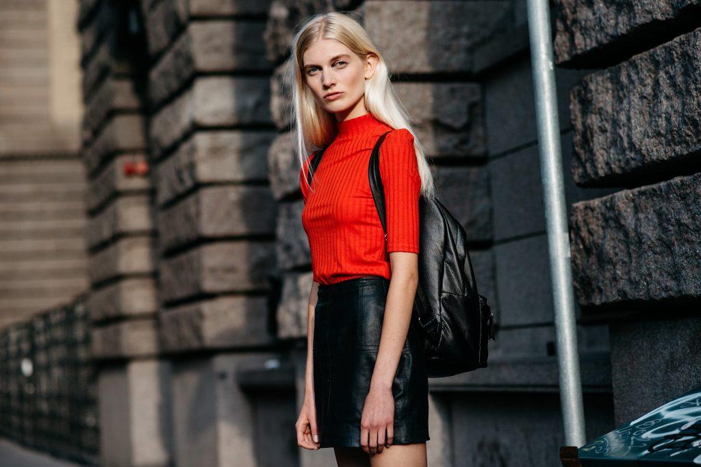 Kırmızı Kombin Önerileri 2016 - stockholm-fashion-week-street-style-holding