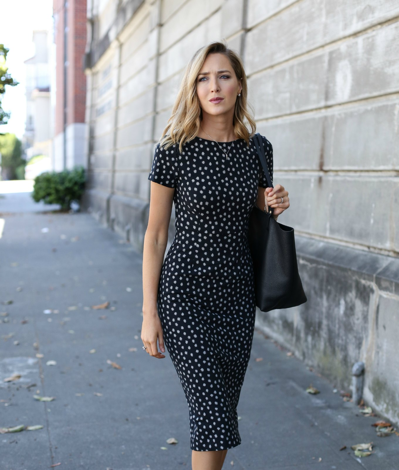 anthropologie-black-short-sleeve-sheath-dress-polka-dot-classic-work-wear-office-business-professional-women-style-fashion-(6) - Günün tarzı Benekli elbise