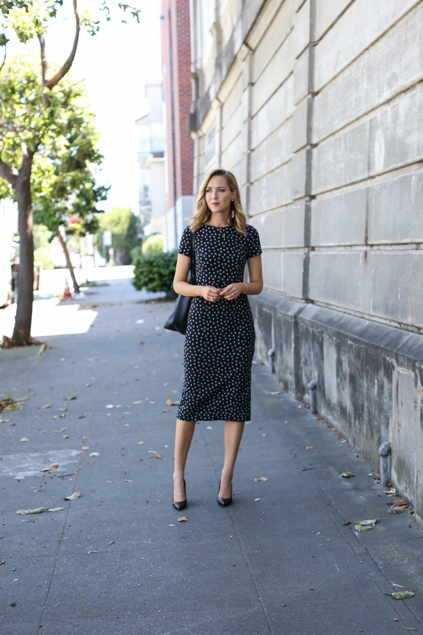 anthropologie-black-short-sleeve-sheath-dress-polka-dot-classic-work-wear-office-business-professional-women-style-fashion-(8) - Günün tarzı Benekli elbise
