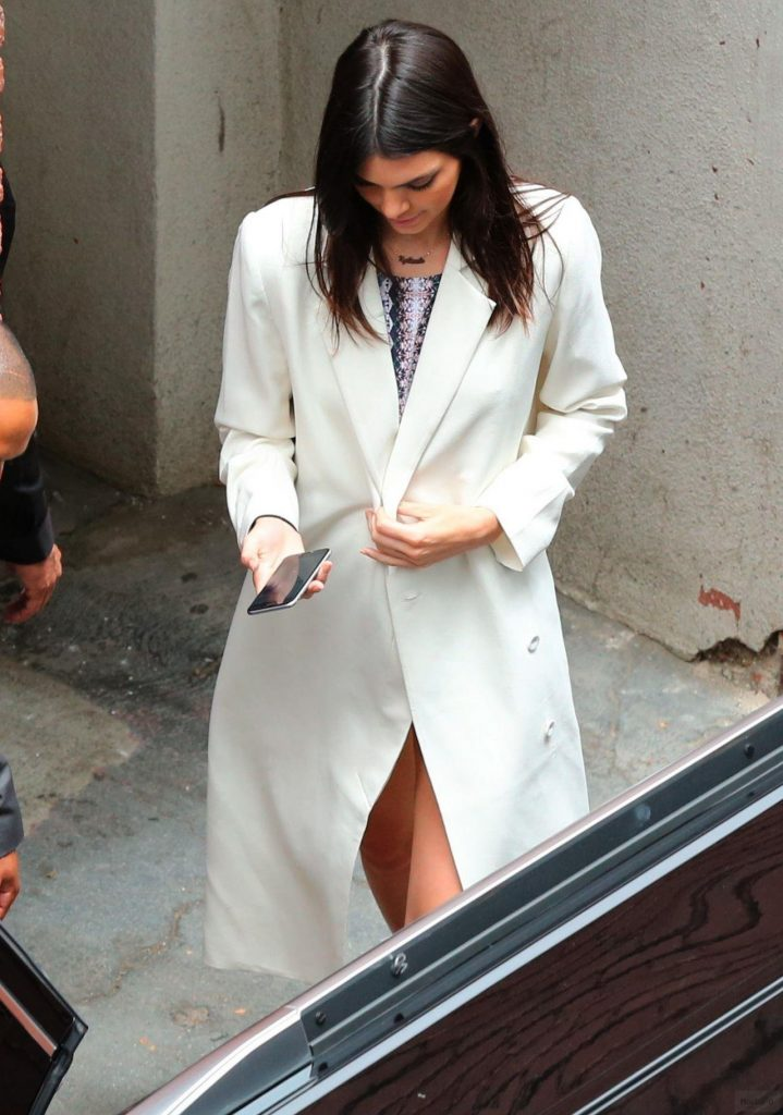 Kendall Jenner Street Style | Outfit Leaving PacSun Store at Santa ...